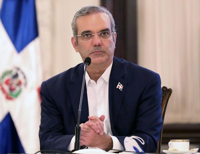 Abinader aprueba reglamento para ascensos y promociones de servidores públicos de carrera