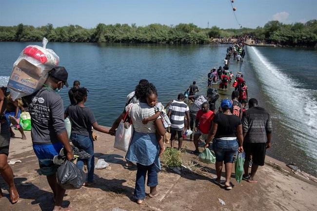 EE.UU. empieza a deportar haitianos retenidos en puente en la frontera